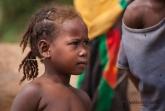Holčička u řeky Tsiribihina