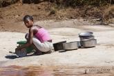 Umývání nádobí - řeka Tsiribihina