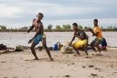 Řeka Tsiribihina - tanec KILALAKA během přípravy večeře