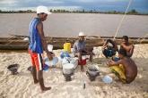 Řeka Tsiribihina - příprava večeře