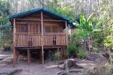 Dřevěná chatka v rezervaci Ialatsara