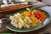 Strava na lodi během plavby po řece Tsiribihině (bramborový salát, zelenina)