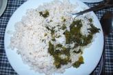 Typické malgašské jídlo - hromada rýže a omáčka se zeleninou nebo masem